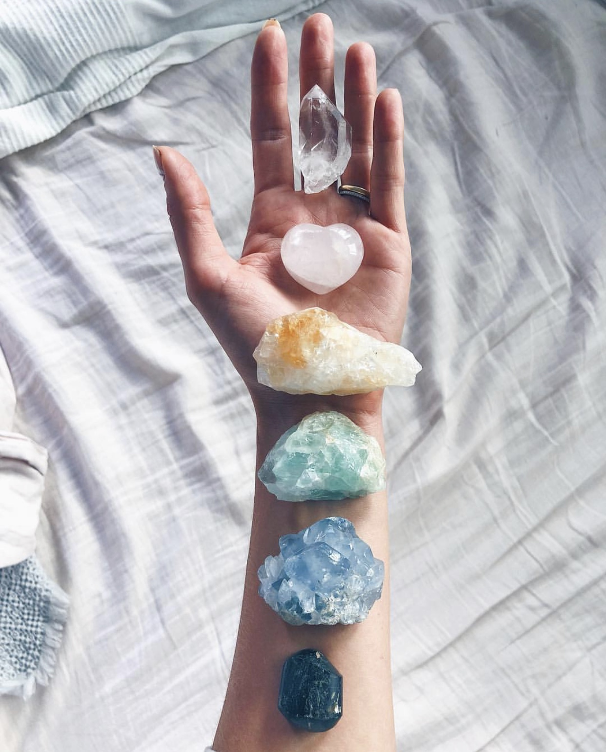 meditation-crystals-grounding-wu-haus